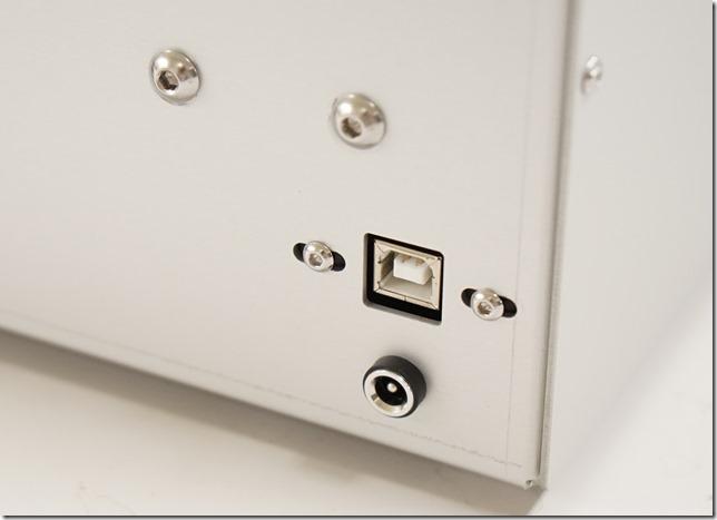 USBコネクタと電源コネクタ